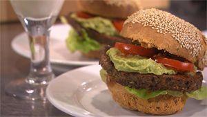Recept: vegetarische burgers op tomatenbrood