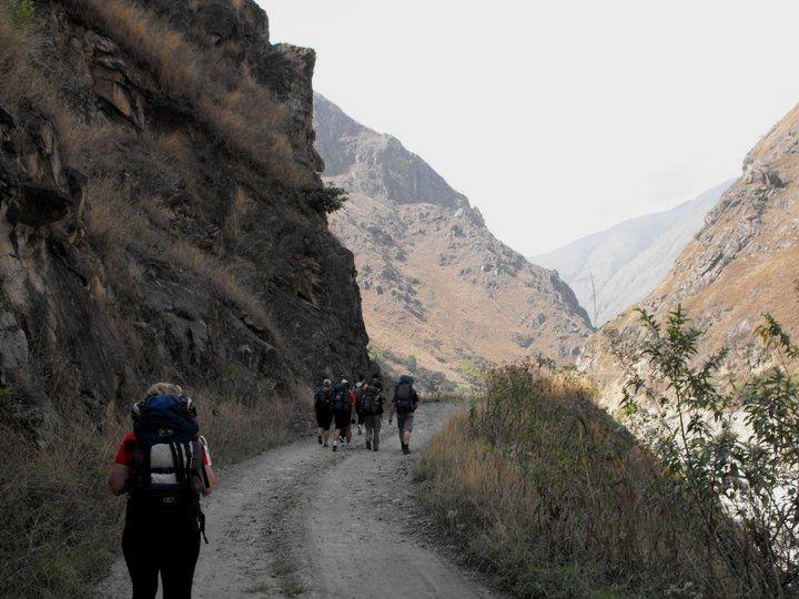 Long Distance Hiking Tips #hikingtips #survivalfitnessplan https://www.survivalfitnessplan.com/hiking-tips/