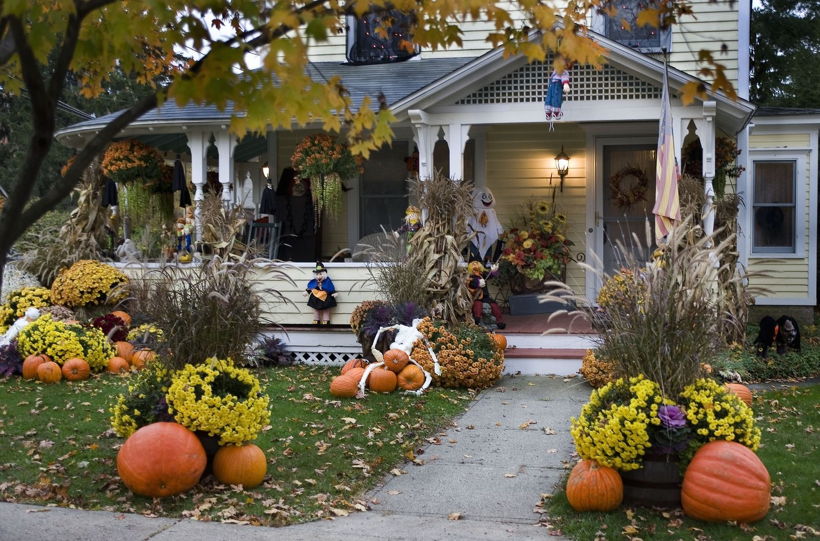10 Times Outdoor Halloween Decorations Went Way Too Far Outdoor - Halloween House Decorating Ideas Outside