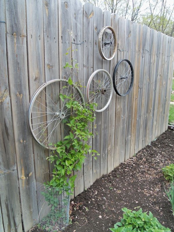 Bike wheels trellis she 39 s sew crafty how crafty is she for Decoration jardin velo