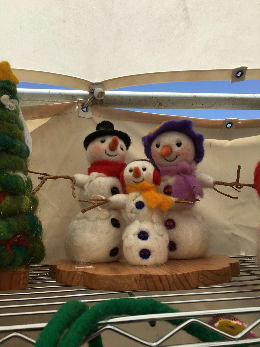 Familia de muñecos de nieve en vellón agujado