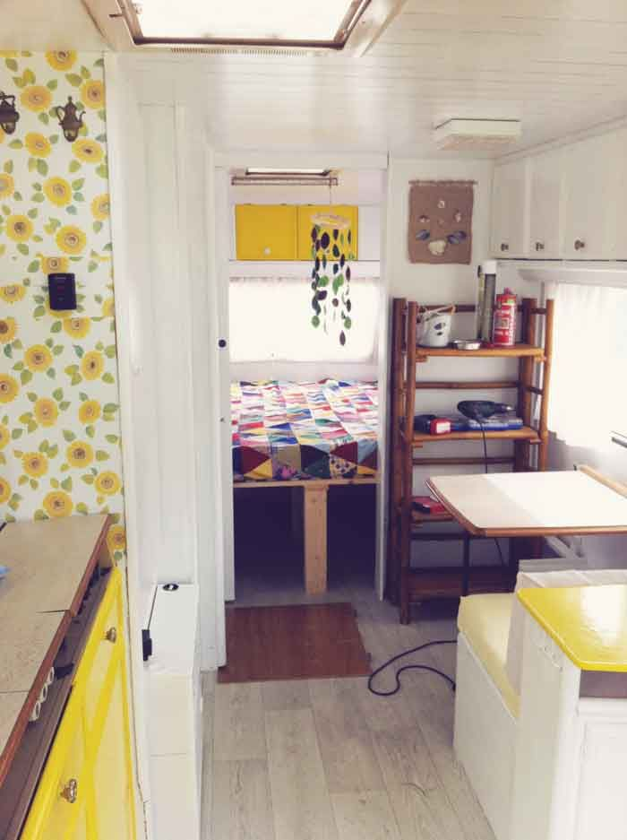 caravan interior so pretty roulottes et caravanes pinterest caravane relooking caravane. Black Bedroom Furniture Sets. Home Design Ideas