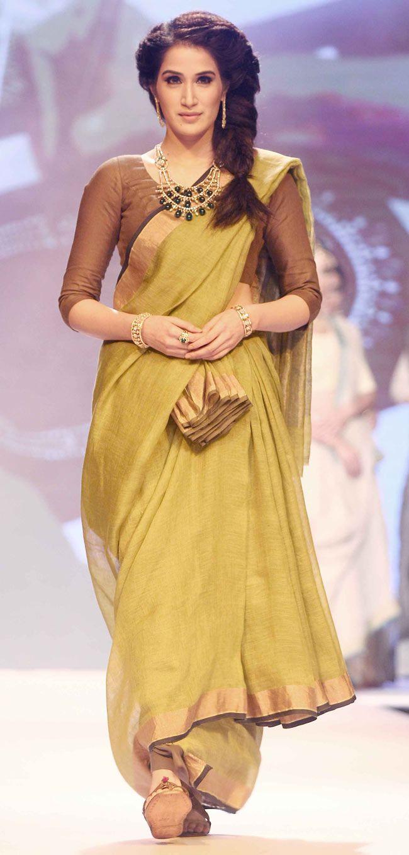 Modern saree models sagarika ghatge walks the ramp at the indian international jewellery