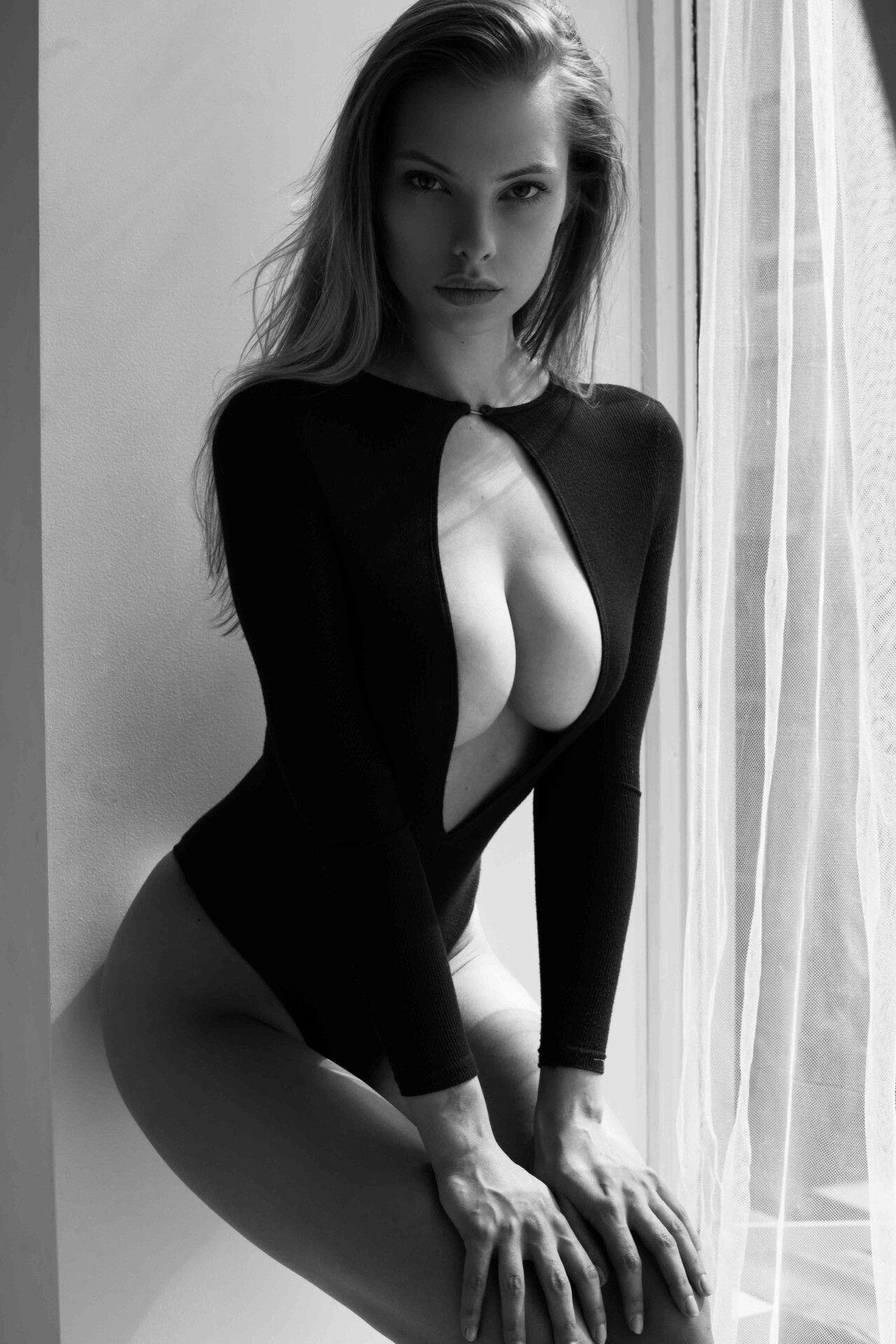 braless Hot Dioni Tabber naked photo 2017