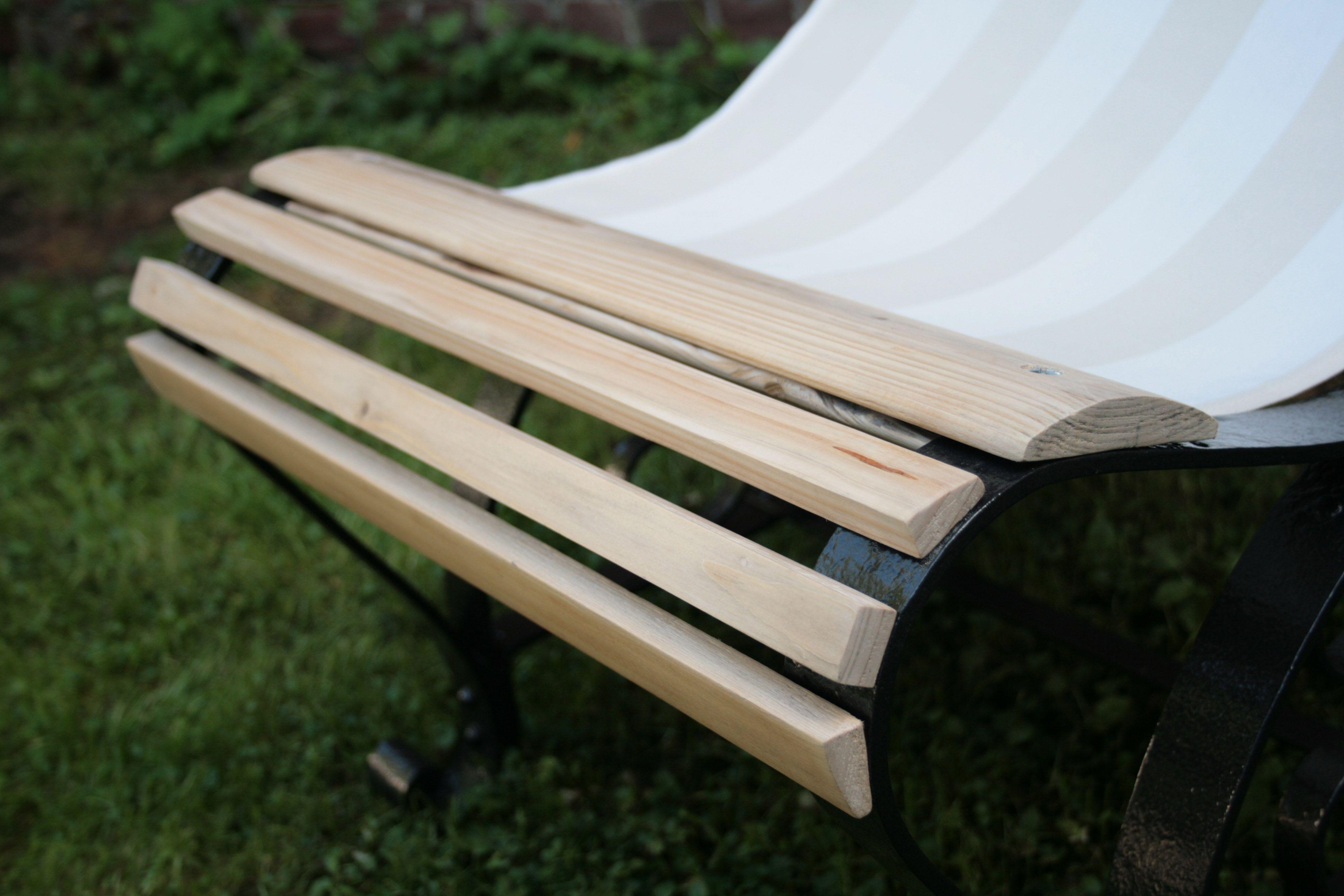 Transat fabriqué à partir de pieds de banc en fer forgé. L\'assise ...