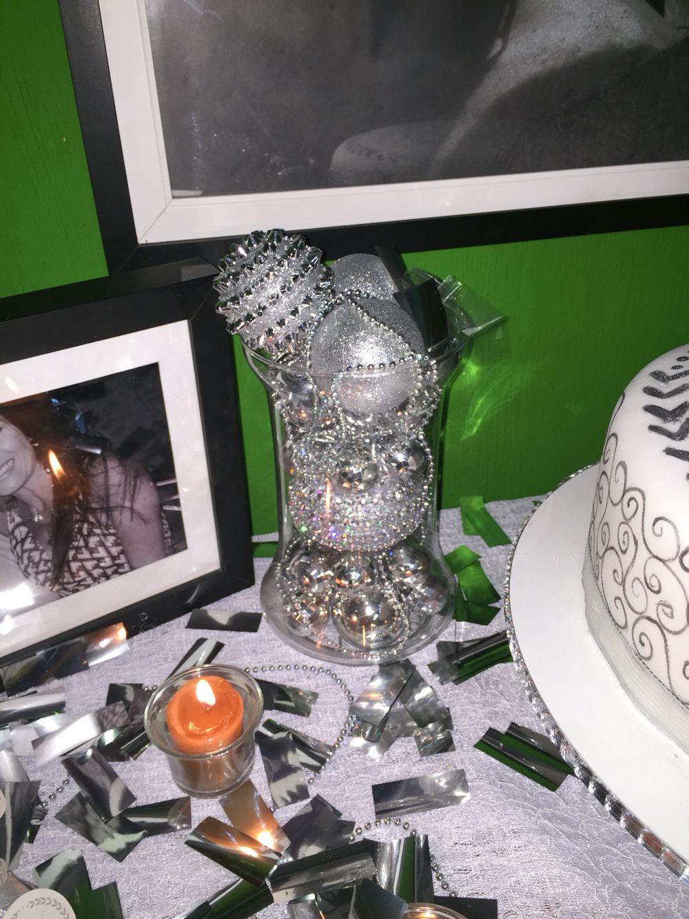 Arranjo com bolas de Natal - comemoração bodas de prata