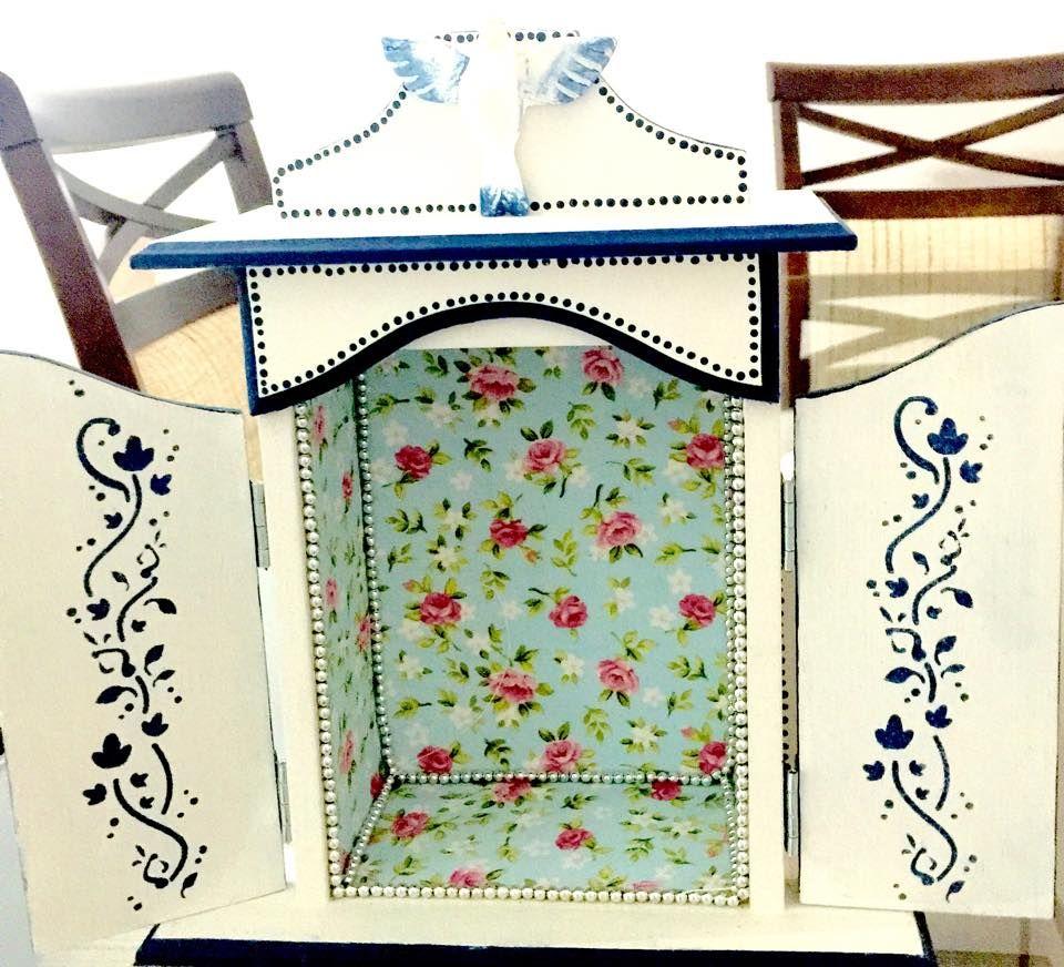 Interior oratório pintando em branco e azul, revestido de tecido floral.
