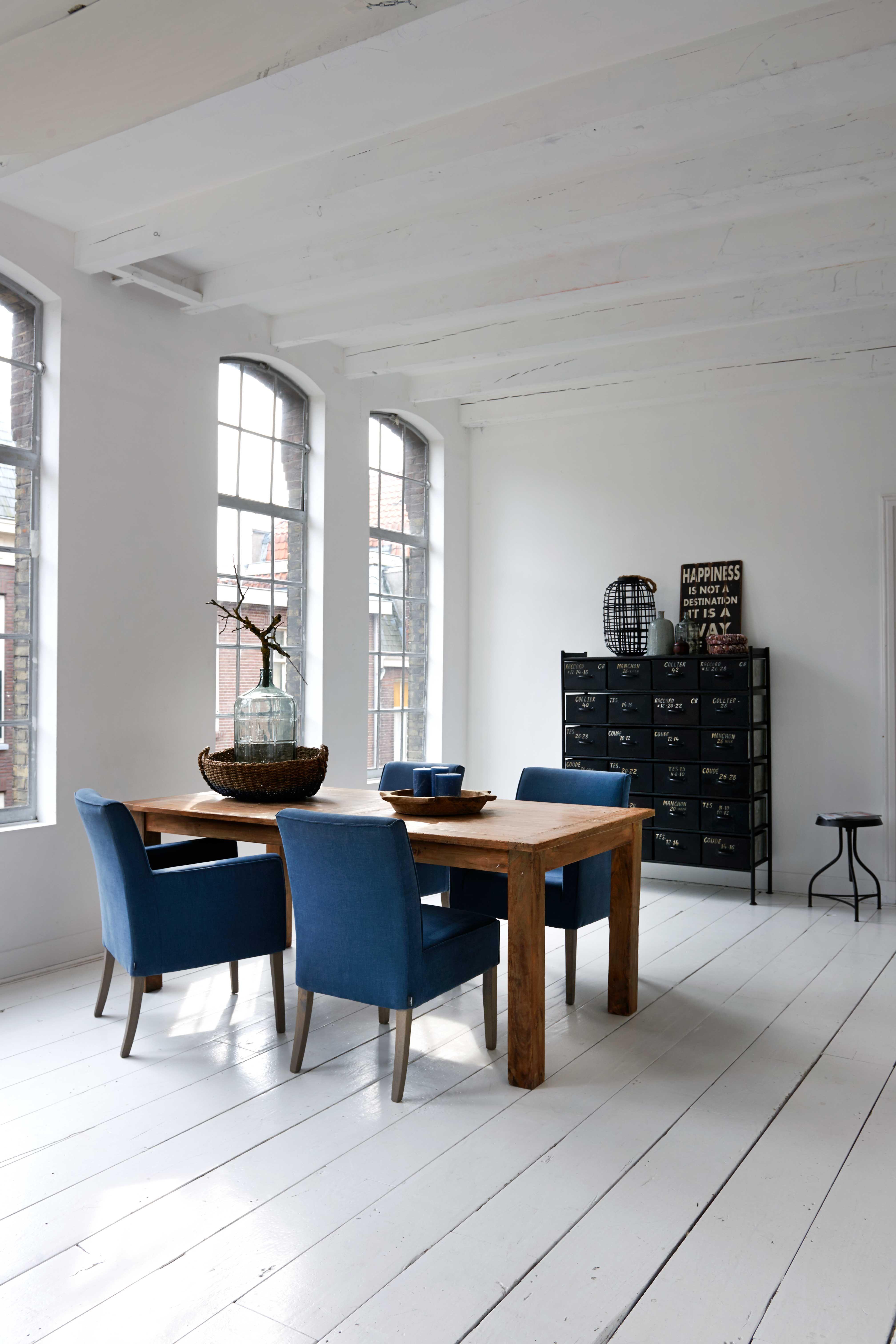 Eetkamerstoelen Leer Huis En Inrichting.Blauwe Eetkamerstoelen In Een Rustige Basis Inrichting Huis