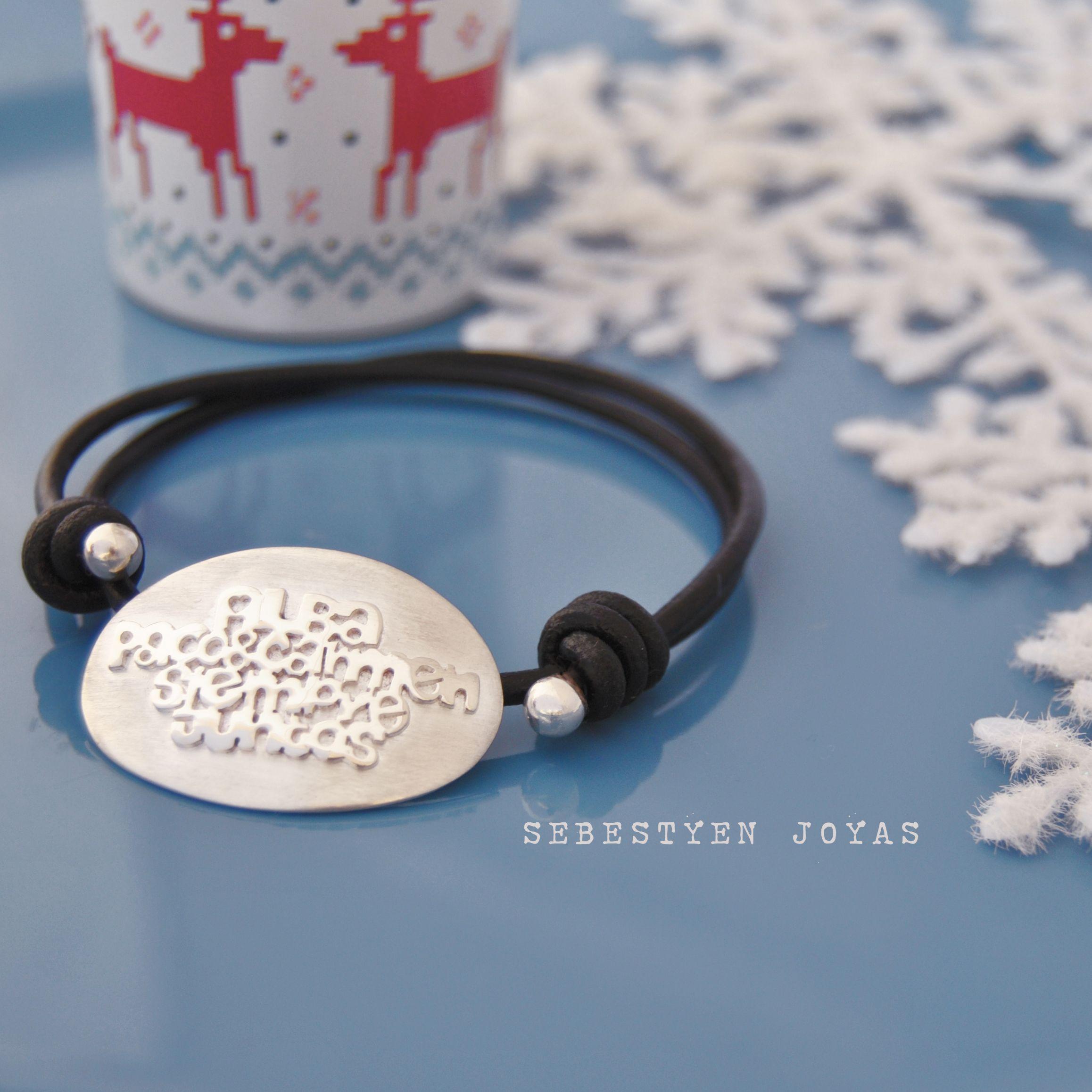 b5a2d6d9503f Pulseras con frases personalizadas en plata de ley matizada y cuero  español. Elaboradas a mano