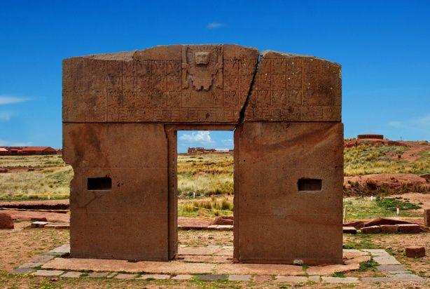 "Tiwanaku o Tihuanaco (Bolivia). La cultura de TihuanaKu, localizada en la orilla sur del lago Titicaca (a 20 kilómetros), floreció de 1000 a 1300 d. JC.  Esta cultura se encuentra en el altiplano boliviano, un territorio de gran altura, de 3800 a 4000 metros sobre el nivel del mar. Su famosa ""Puerta del Sol"" fue tallada en un bloque de lava de 9 toneladas."