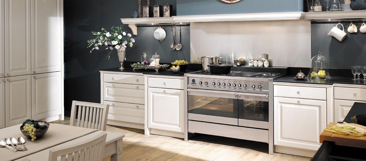 Cuisine en bois massif blanc une cuisine équipée classique gamme saveur arthur bonnet