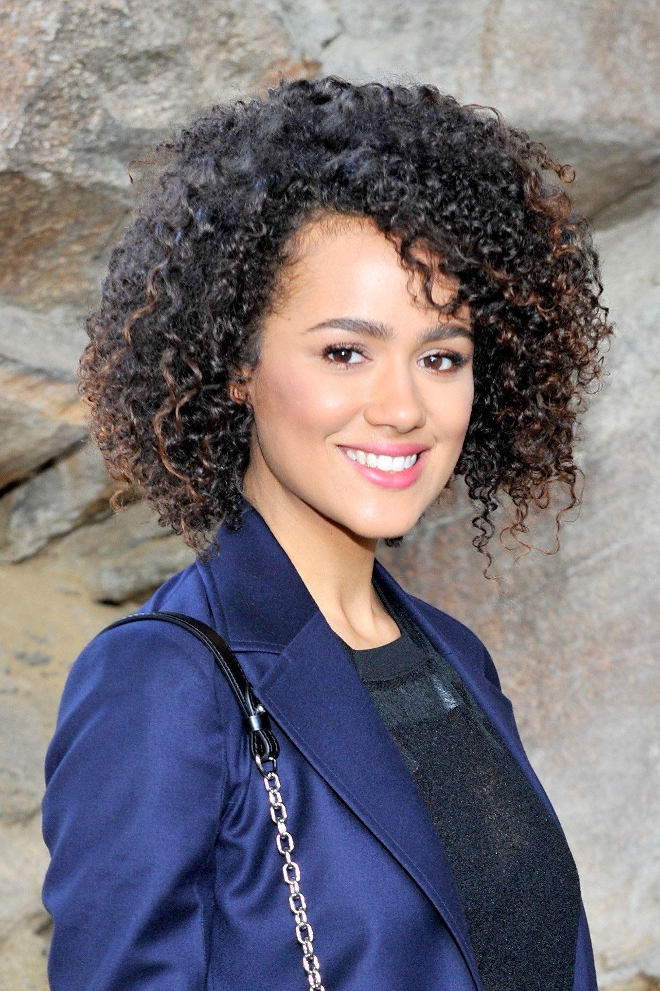 You Are Gonna See Some Celebrities With Curly Hair Female On Each Celebrity Hairstyle Will Look Ve Lockige Frisuren Frisuren Schulterlang Naturlocken Frisuren