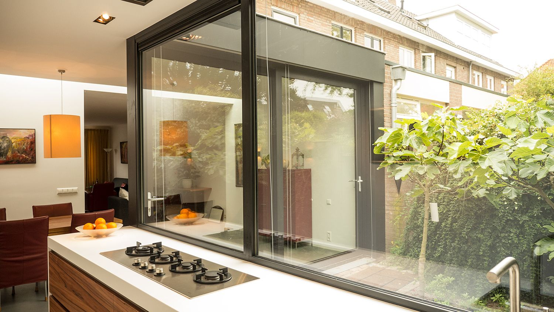Aanbouw Open Keuken : Aanbouw met moderne keuken keukenblad lamellen open zonwering