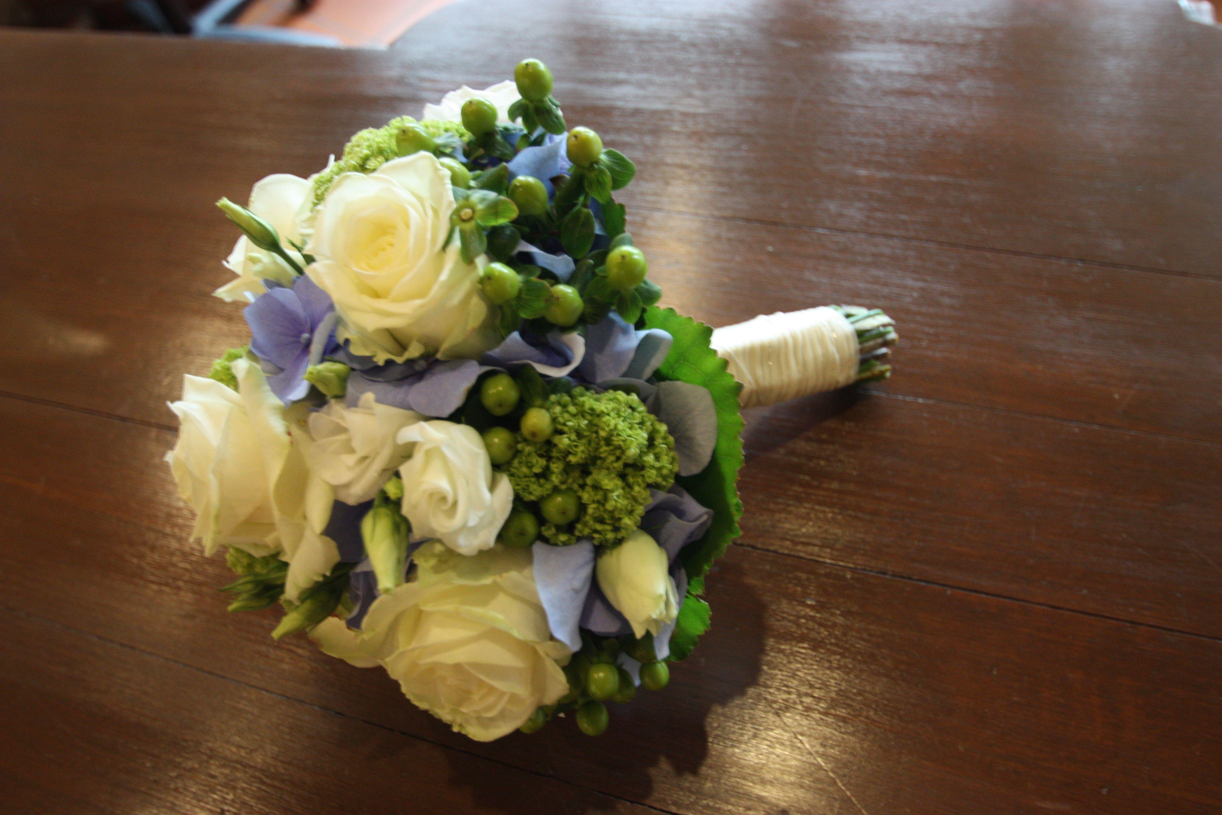 Brautstrauss Mit Cremefarbenen Rosen Hortensien Und Vergissmeinnicht