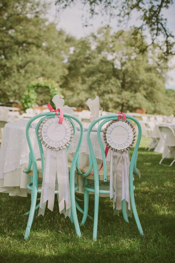 chair sign http://trendybride.net/beautiful-bride-and-groom-chair-sign-ideas/ trendy bride blog