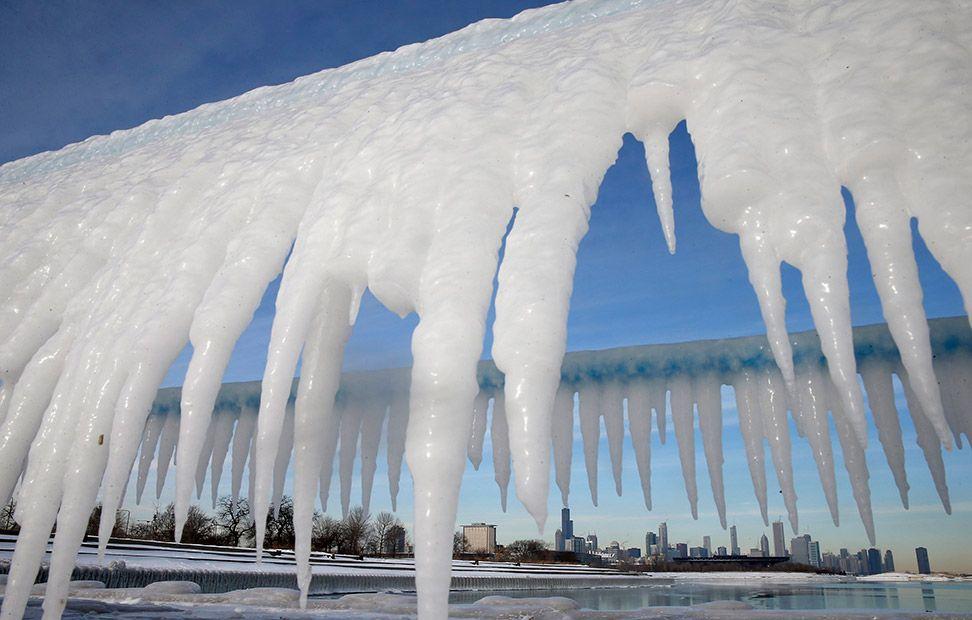 El horizonte de Chicago, enmarcado por carámbanos de hielo ...
