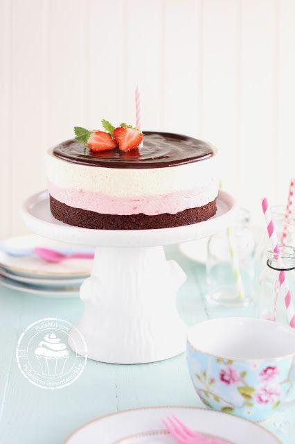 Hyydykekakku vadelmamoussella ja vaniljamoussella. Päällä suklaaganache. Raspberry-vanilla cake with chocolate ganache.