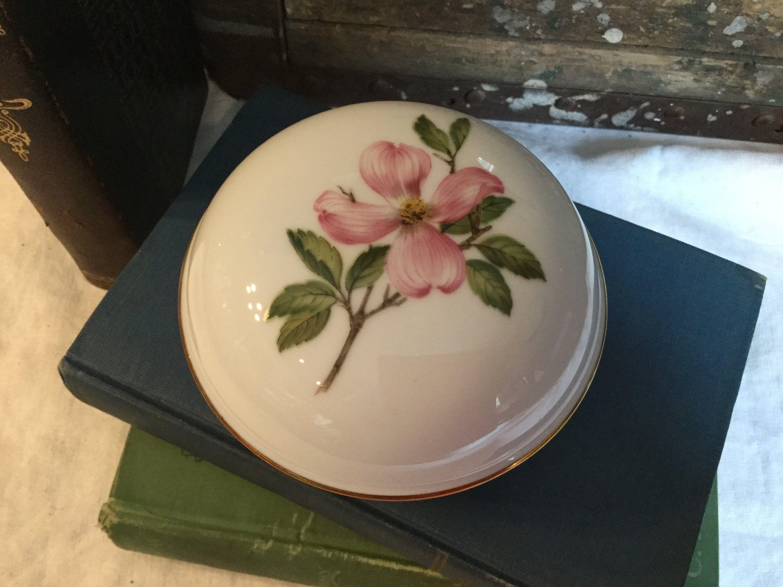 Vintage George Z Lefton Cream Colored Porcelain Basketweave Fluted Flower Shaped Vase  Planter  Gold Trim