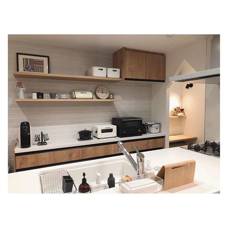 フレコ さんはinstagramを利用しています キッチンの造作棚 シンプルで洗練された雰囲気に憧れます キッチン 飾り棚 造作棚 平田タイル パナソニックキッチン リクシルカップボード アレスタ ラクシーナ ココハンl カップボード リクシル