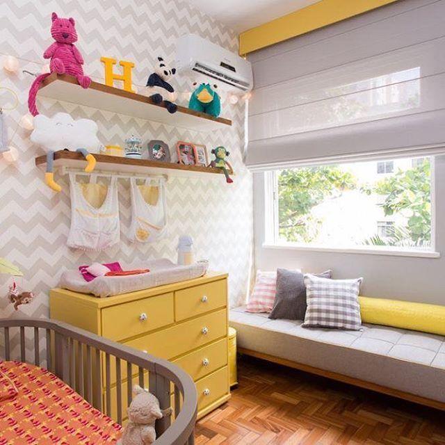 Quartinho de bebê super charmoso com parede de chevron e combinação de cinza e amarelo. 💛 #designdeinteriores #quartodebebe