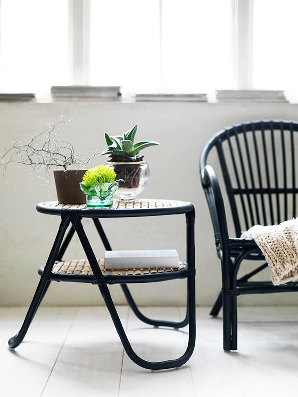 Decoration de votre terrasse, balcon... petite table et plante verte ...