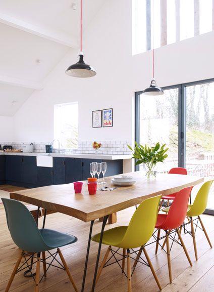 Salle à manger design et tonique avec ses chaises colorées Dining