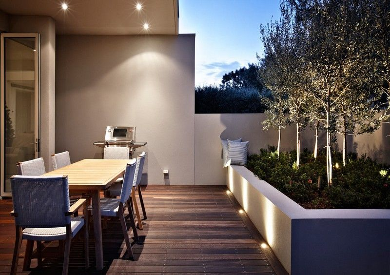 gartenbeleuchtung kleine terrasse von b umen umgeben. Black Bedroom Furniture Sets. Home Design Ideas