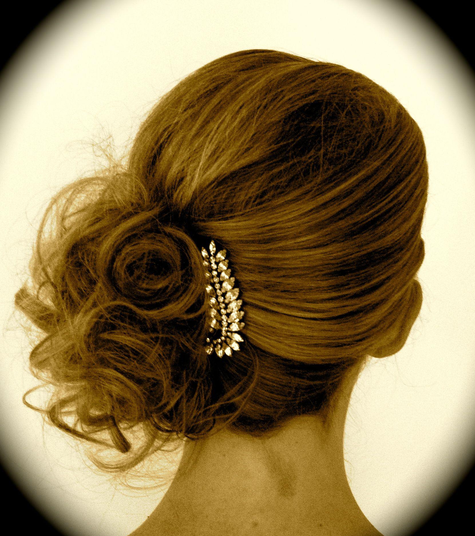 En Riomar Fotógrafos Nos Gusta Este Recogido Hacia Un Lado De Novia Http Riomarfotografosdeboda Com Peinados Recogidos Peinados Recogido Hacia Un Lado
