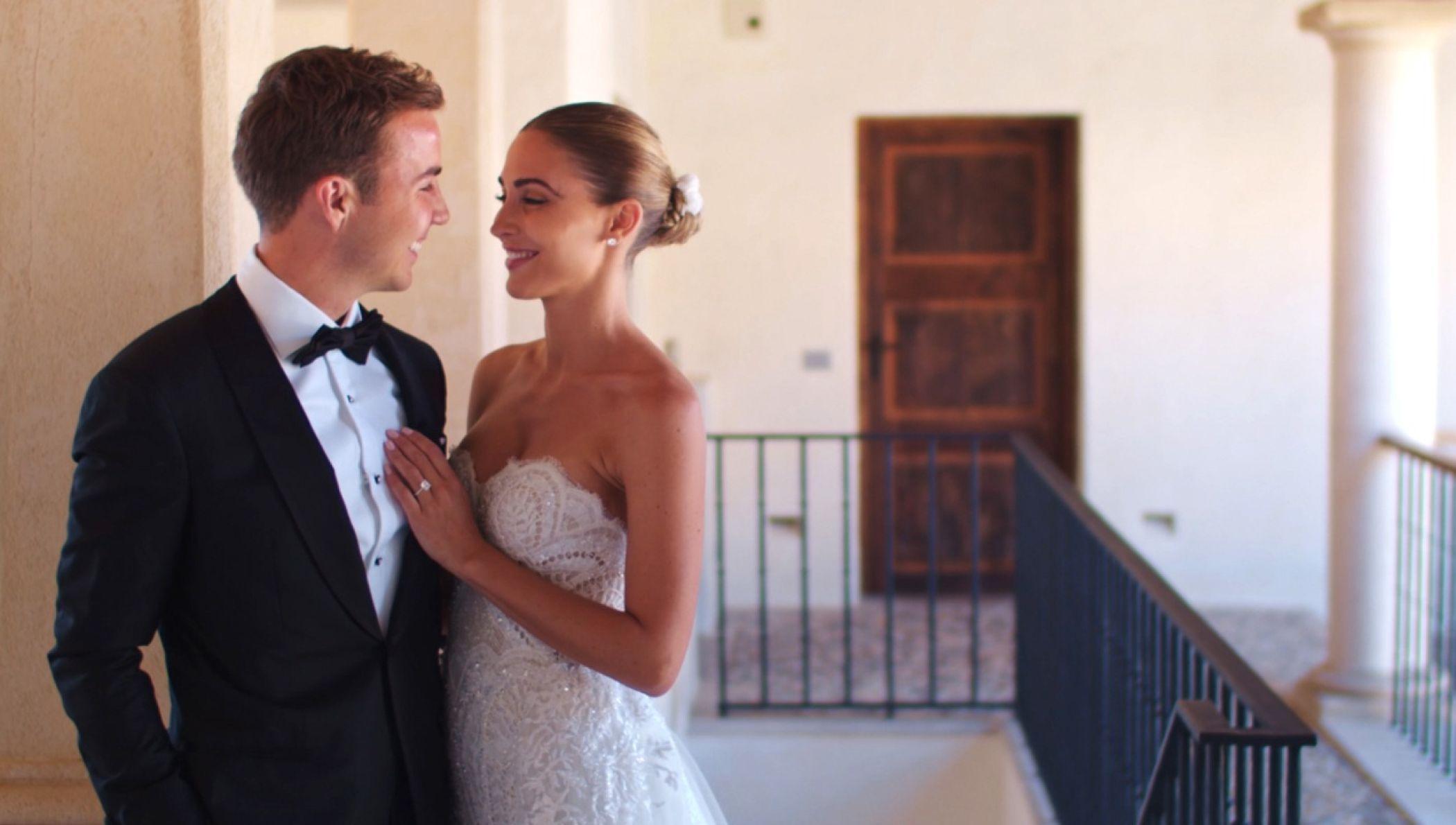 Ann Kathrin Mario Gotze Heisse Kusse Temperamentvolle Tanzeinlagen Das Ist Ihr Offizielles Hochzeitsvideo Hochzeitsvideos Kleid Hochzeit Tragerloses Hochzeitskleid