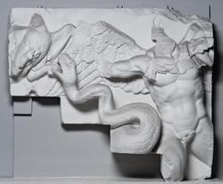 Pergamon, Zeusaltar, Fries mit Gigant  Von der rechten Treppenwange (Nr. 31,1).  Berlin, Staatliche Museen