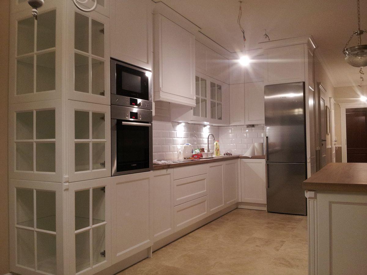 Kuchnia Angielska Z Witryna I Wyspa Przesuwna Anir Pl Producent Mebli We Wroclawiu Kitchen Kitchen Cabinets Home Decor