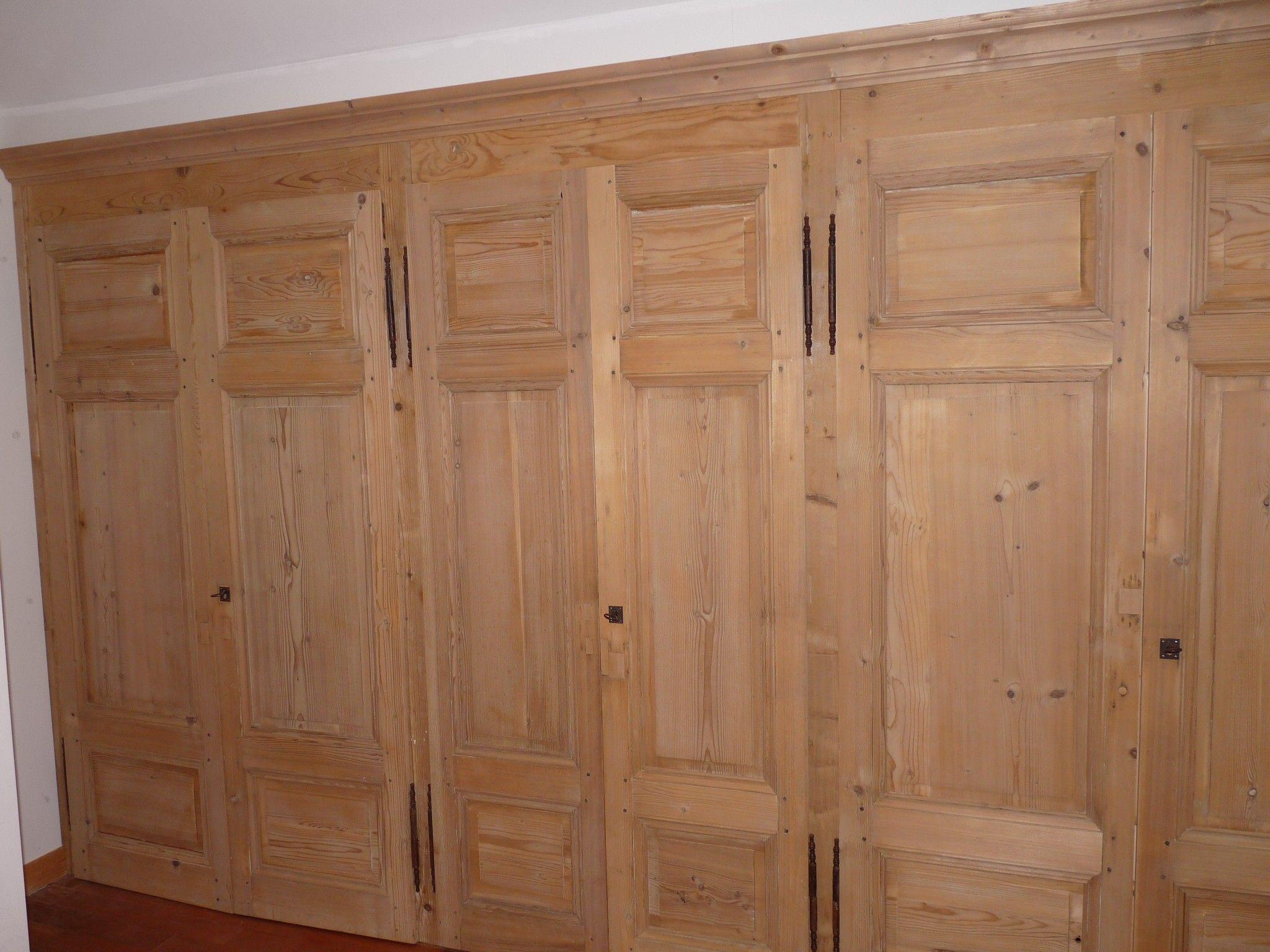 Il fallait fermer ce grand dressing, nous avons utilisé des portes anciennes que nous avons reconditionnées  afin de créer cet effet boiserie.