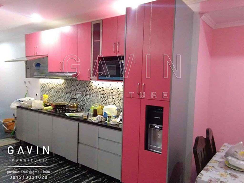 Kitchen set juga di lengkapi rak botol warna putih dengan tambahan cermin bronze untuk bagian pintu