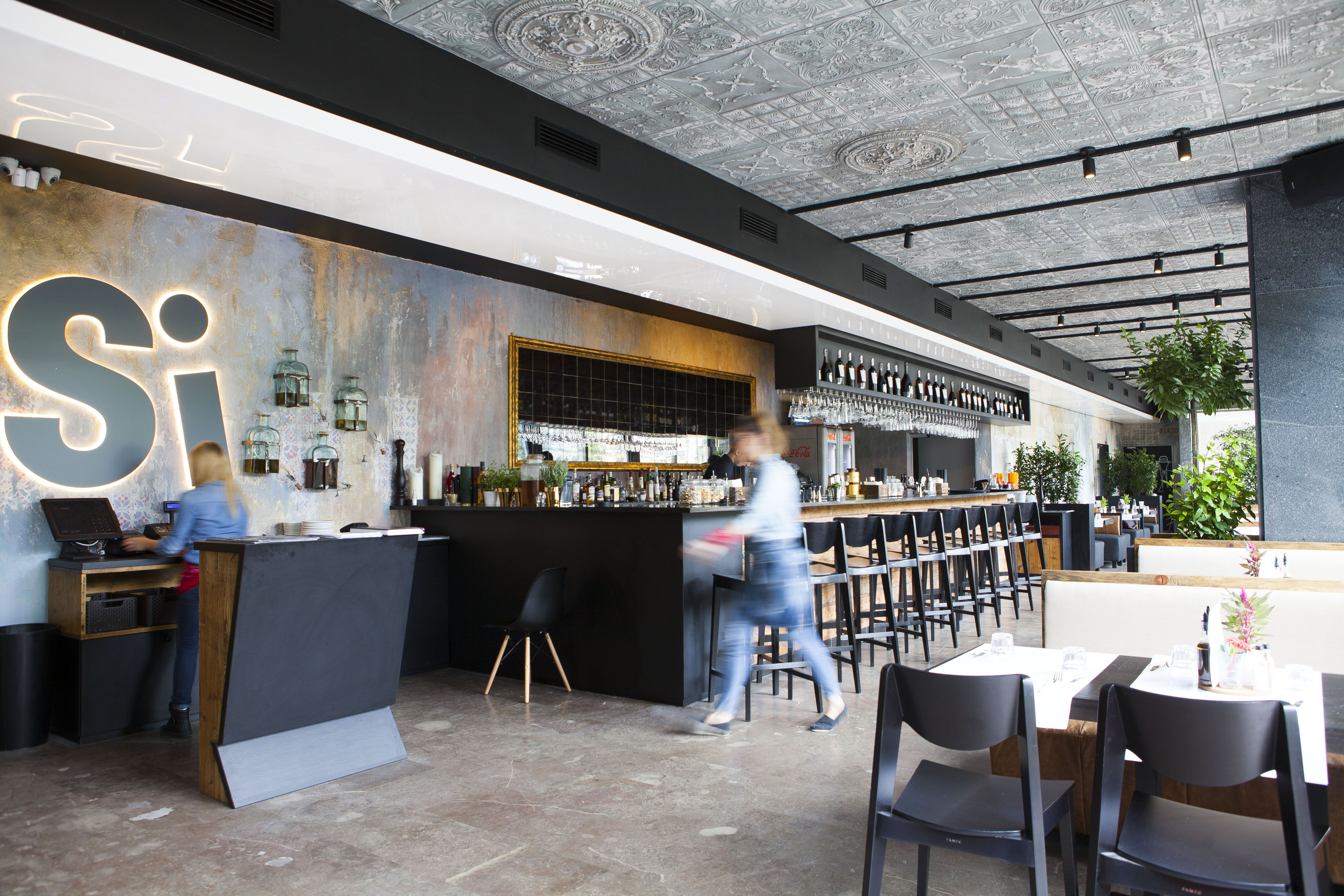 Restauracja Si Si Ristorante Amp Coctail Bar Si Restauracje Warszawa Restauracja Plac Bankowy Wloska Re Conference Room Conference Room Table Home Decor