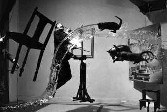 Na fotografia registrada por Philippe Halsman, Salvador Dalí aparece em um cenário cheio de movimento