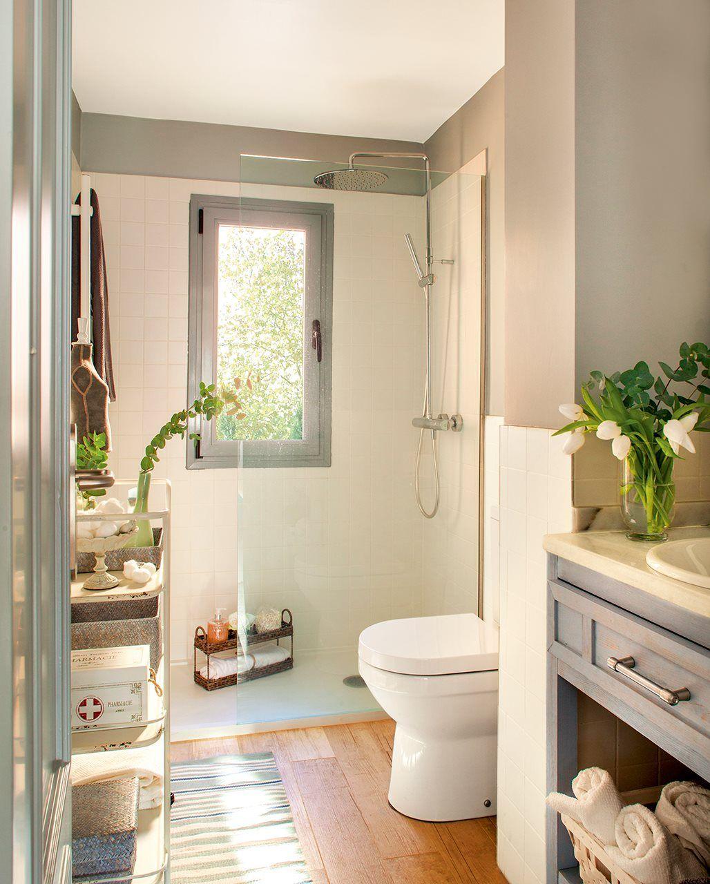 Baño pequeño en blanco y gris. La ducha al fondo | baños bodega ...