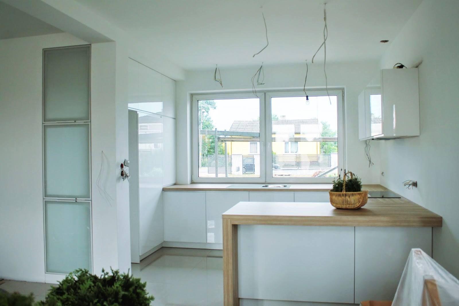 Otwarta kuchnia w bieli hola design homesquare - Bia A Kuchnia Z Po Yskiem Jaki Blat Wybra Myhome