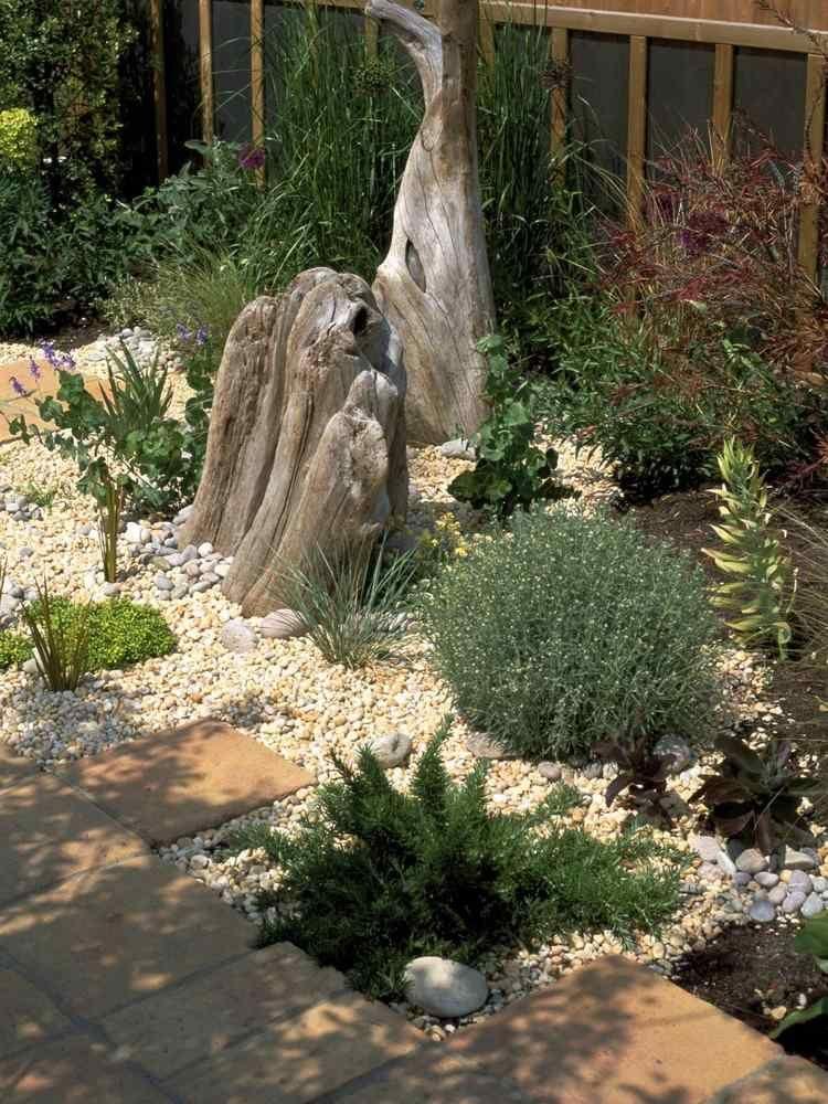 beigefarbener Kies und Treibholz Skulpturen Garten 2016 - garten mit grasern und kies
