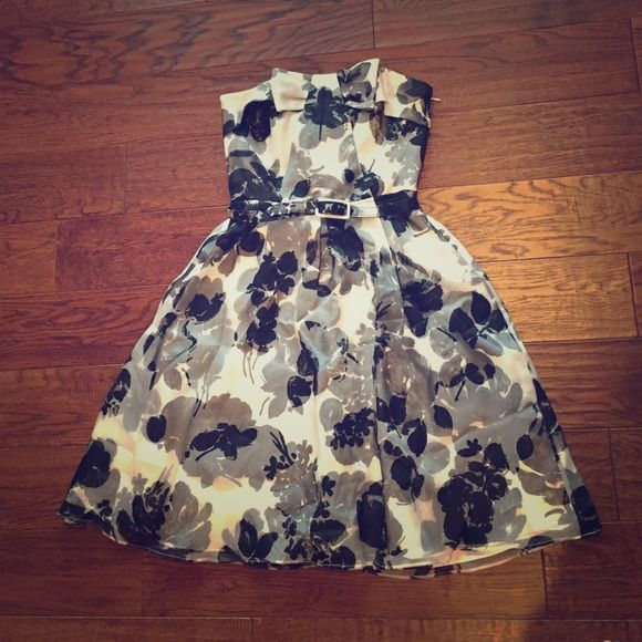 WHBM spring black white floral dress This dress is so beautiful! Perfect to wear to graduation, birthday, bridal shower, baby shower, or tea party! There is a cute bow at the top of the dress. Comes with the belt! Flares out perfectly! White House Black Market Dresses Strapless