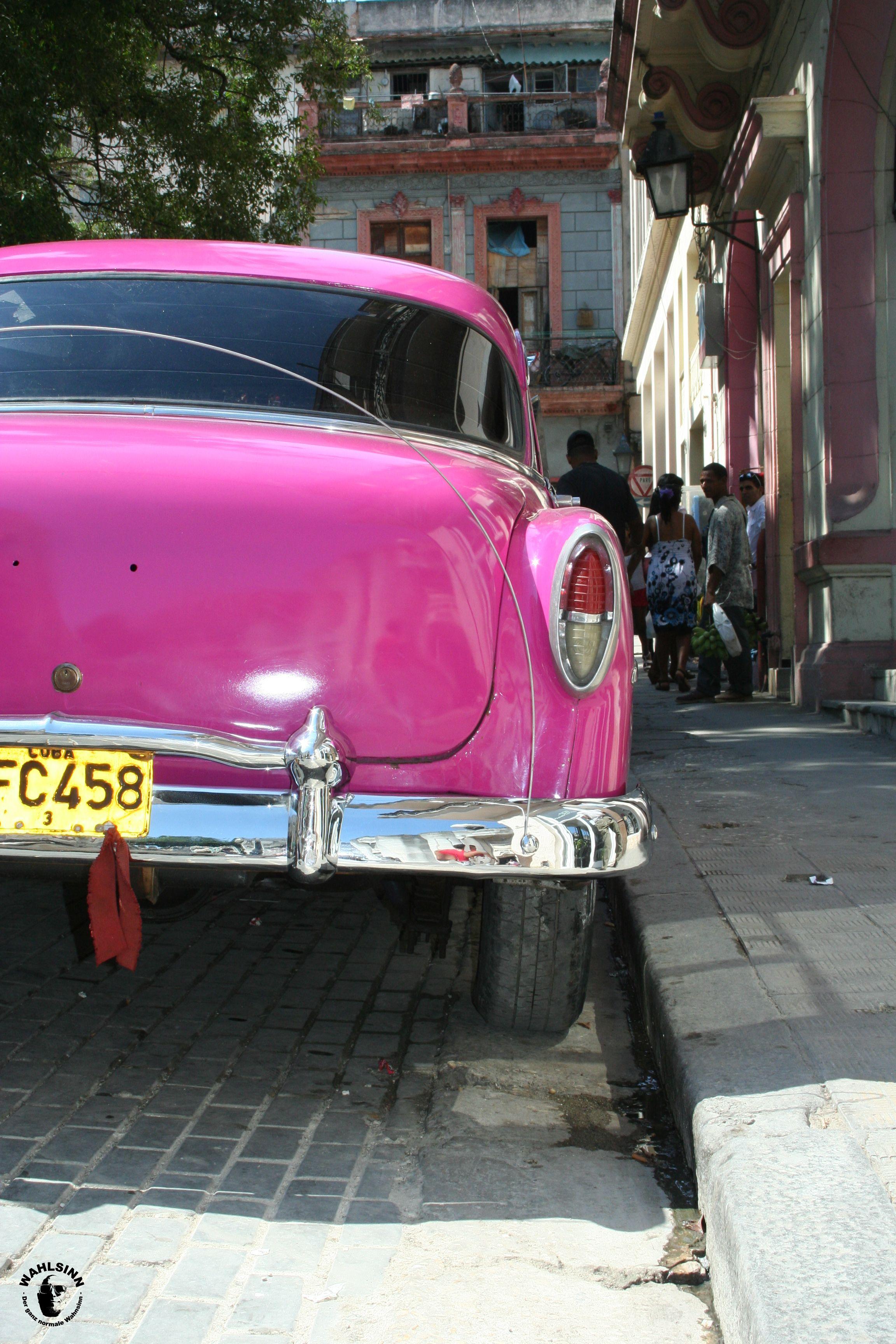 Knallbunte Oldtimer sind keine seltenheit in den Straßen Havannas // Havanna (Kuba)