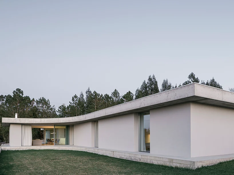 Bruno Dias Arquitectura Tops Residence In Portugal With Organic Shaped Concrete Slabs In 2020 One Storey House Minimal Home Design Minimal