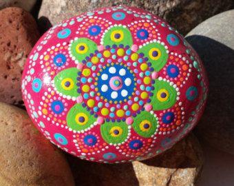 mano pintada piedra mandala meditación gratitud por RockYourWorld7