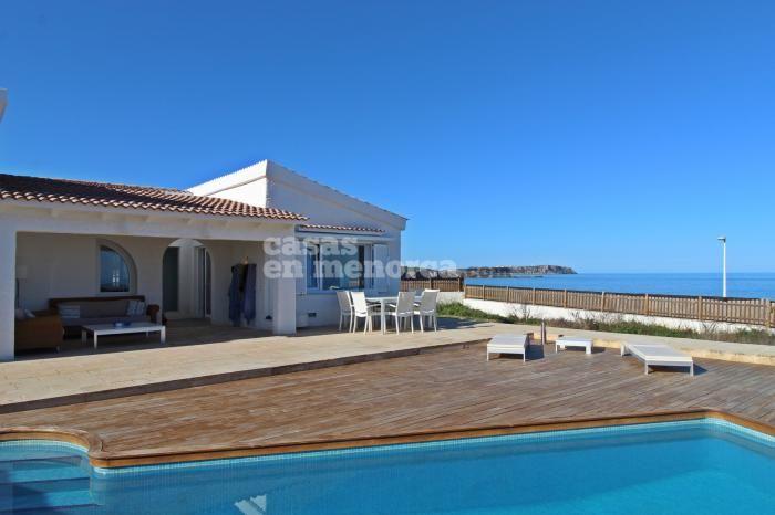 Moderno chalet con piscina situado en primera línea de mar