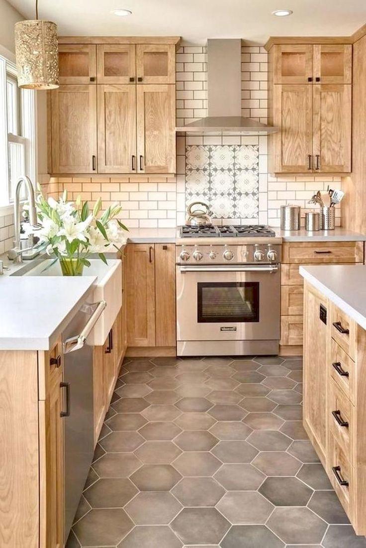 I Love The Natural Wood On These Farmhouse Cabinets The Backsplash Is Amazing Too Haus Kuchen Kuchen Design Kuchendesign