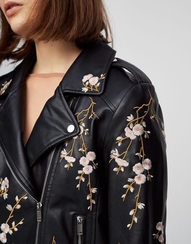 Chaqueta de cuero con flores bordadas