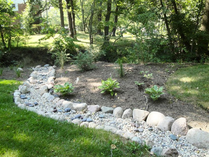 beautify your outdoor place with 12 dry river bed landscaping made of glass gardening yard. Black Bedroom Furniture Sets. Home Design Ideas