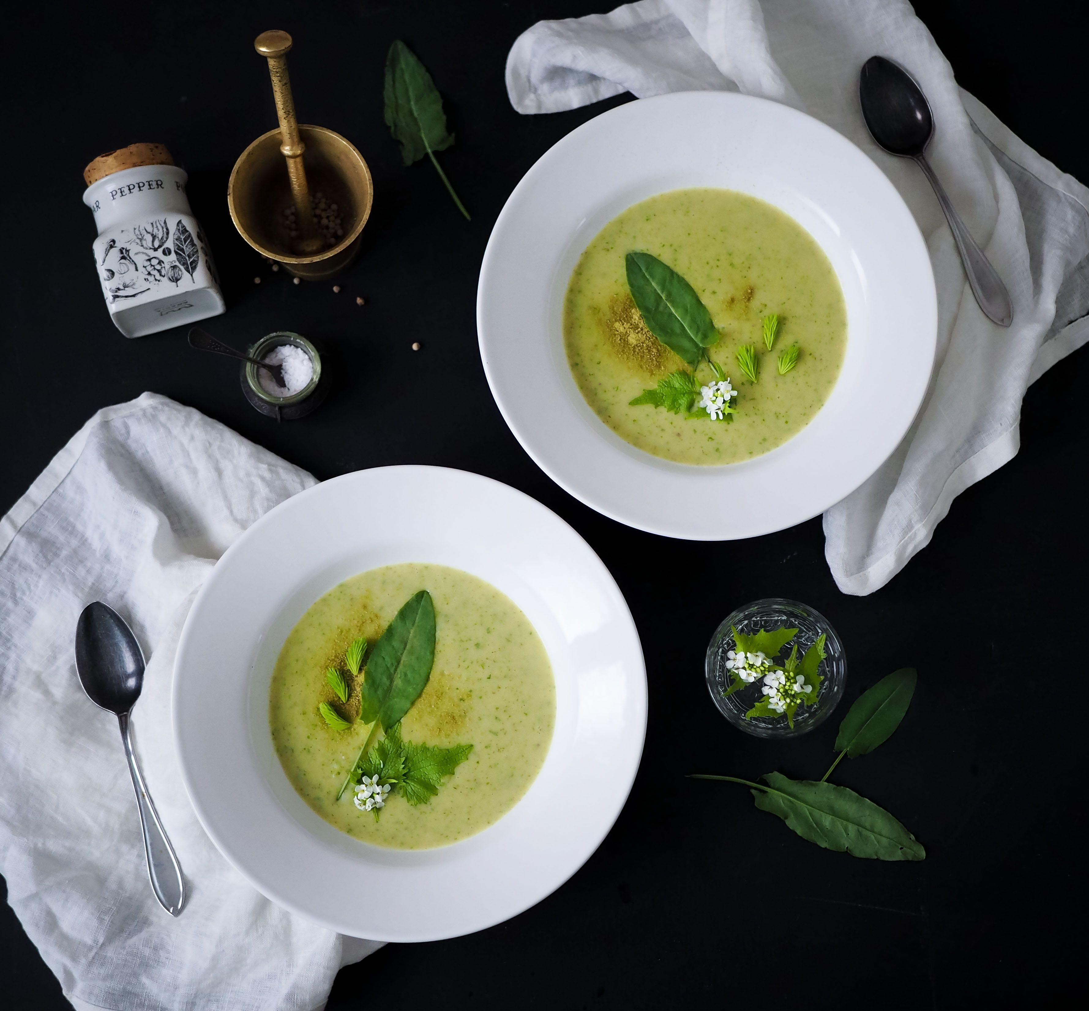 Vichyssoise - eli kotoisammin purjo-perunasosekeitto - maustettuna villiyrteillä on edullisinta luksusruokaa mitä just nyt voi syödä. Metsän kautta pöytään!