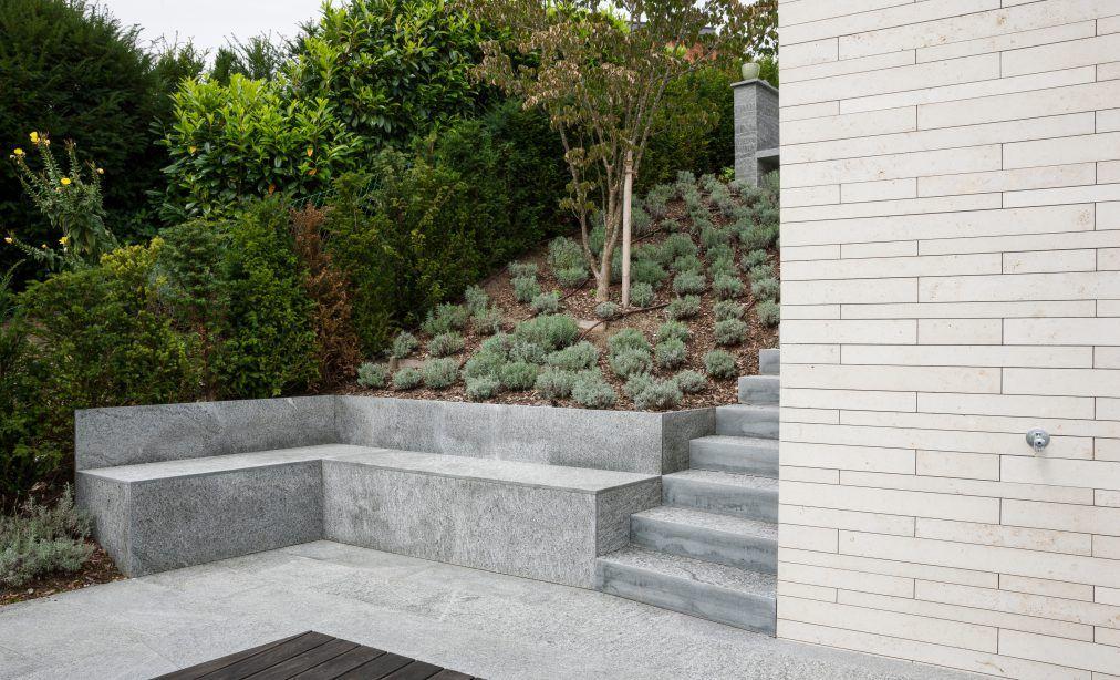 Terrassenanlage mit Naturstein Sitzbank als Stützmauer | Gartenideen ...
