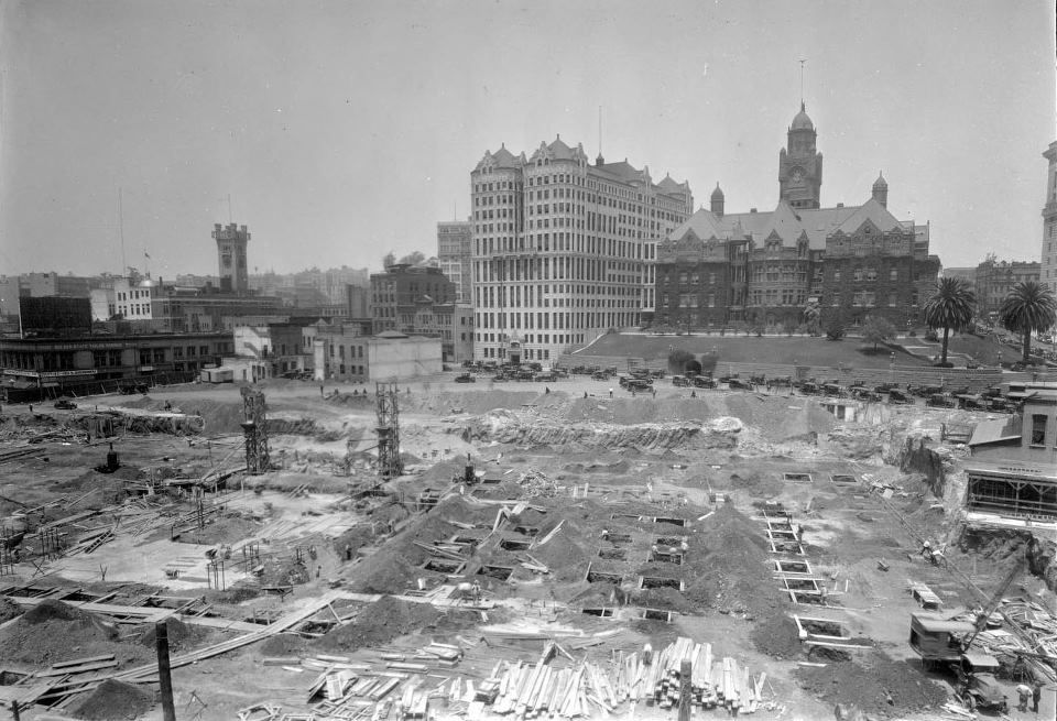 Los Angeles City Hall Construction Site 1926 Across Spring Street In The Center Of The Photo Is The Cou Los Angeles History Los Angeles City Los Angeles Area
