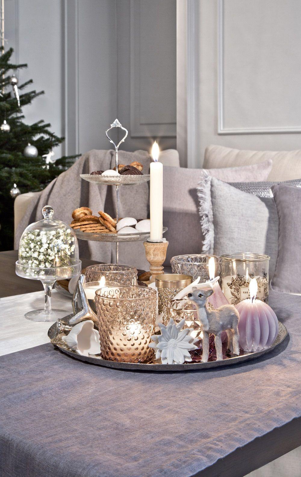 So funktioniert der Look»Cozy Country Christmas«: Ein Muss für diesen  Look sind viele Kerzen! Windlichter und Kerzenalter aus Holz, weißem Porzellan, sowie getöntem Glas passen besonders gut. // Deko Weihnachten WeihnachtsDekoration Lichter Kerzen Windlichter Tablett Dekorieren Advent #Weihnachten #WeihnachtsDekoration #Deko #Kerzen #Lichter #christmasdeko